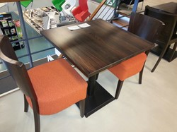 Satelliet tafel Plato 70x70 cm blad beuken, noten gebeitst + 2 stoelen model A43 (zitting oranje, rug kleur noten)