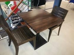 GEBRUIKT - Satelliet tafel Plato 70x 70 blad beuken, noten gebeitst + 2 stoelen model Split
